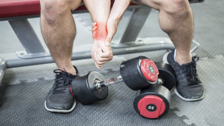 A man with wrist pain at the gym