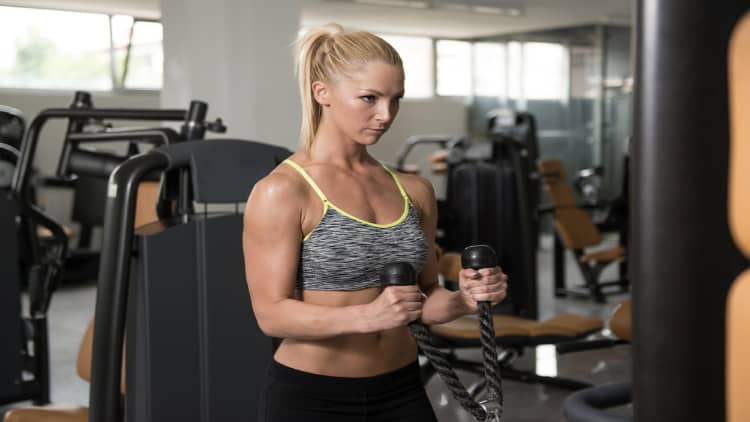 Woman doing cable rope hammer curls