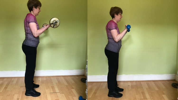 A lady demonstrating some biceps exercises for women to tone up